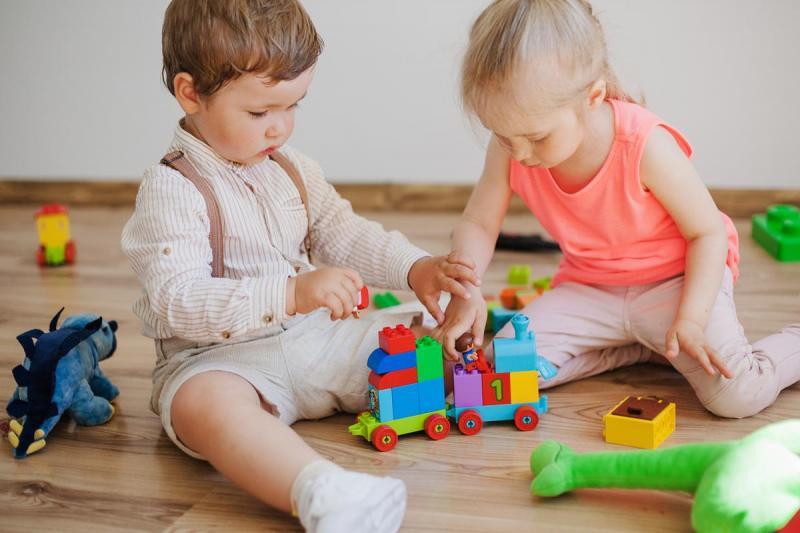שני ילדים קטנים משחקים בצעצועים
